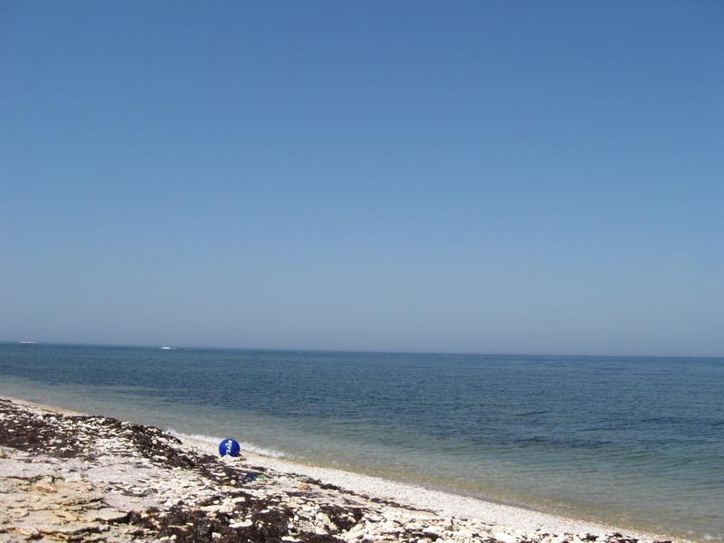 Пляж неподалік від маяка